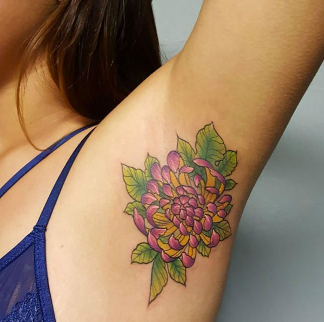 Les tatouages aux aisselles sont la tendance beauté inattendue de l'été