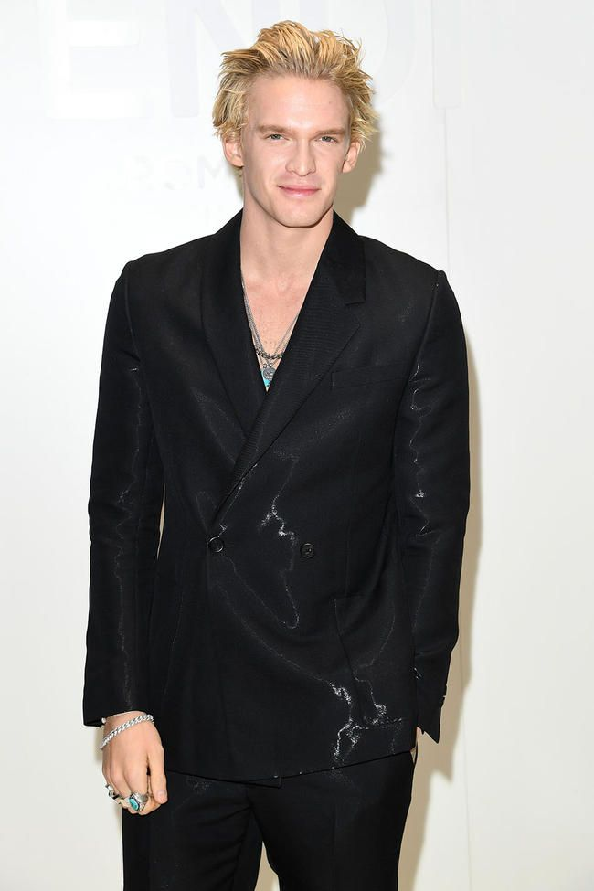 Cody Simpson, Miley Cyrus ilə Körpə Olmaqdan Söhbət edərkən Paketi haqqında Zarafat Edir