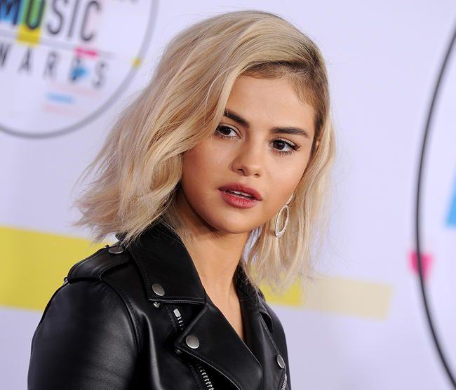Selena Gomez a l'air complètement différente alors qu'elle fait ses débuts aux cheveux blond platine aux AMA