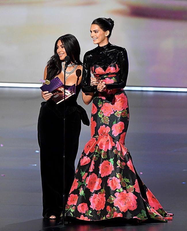 Kim Kardashian og Kendall Jenner blev grinet ad på Emmy Awards -scenen