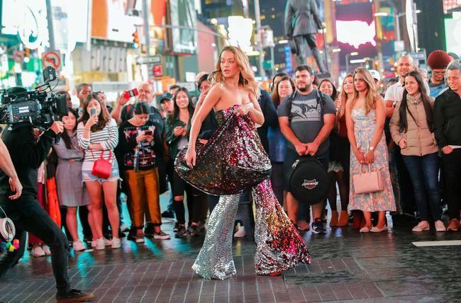 """Rita Ora yra nerūpestinga niujorkietė vaizdo įraše """"Visur"""""""
