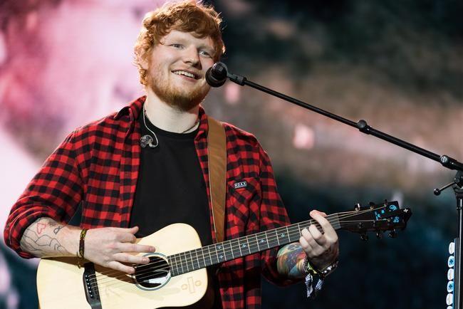 """Ed Sheeran fer með okkur til Gana í óvæntu myndbandi """"Bibia Be Ye Ye"""""""