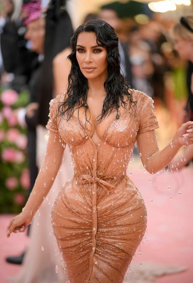 Kim Kardashian antwortet auf Behauptungen, sie habe ihre Rippen entfernt, um eine winzige Taille zu erreichen
