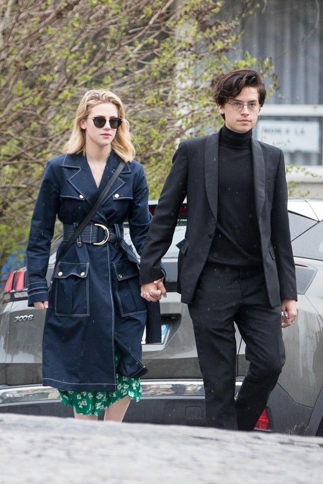 Riverdales Cole Sprouse og Lili Reinhart oppdaget å dele et bedårende kyss i Paris