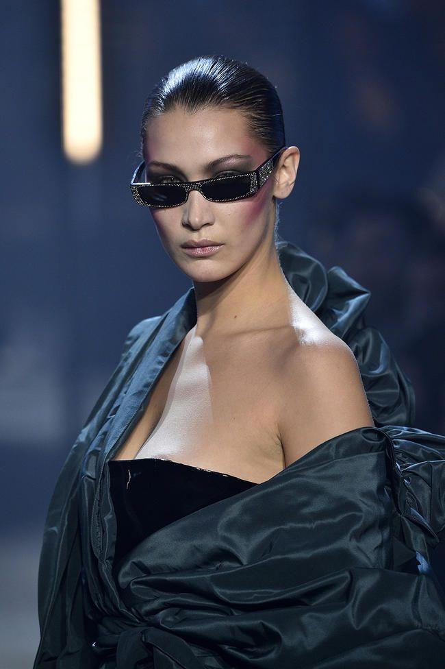 Bella Hadid stilte helt ut en tilfeldig nipp-slip på catwalken