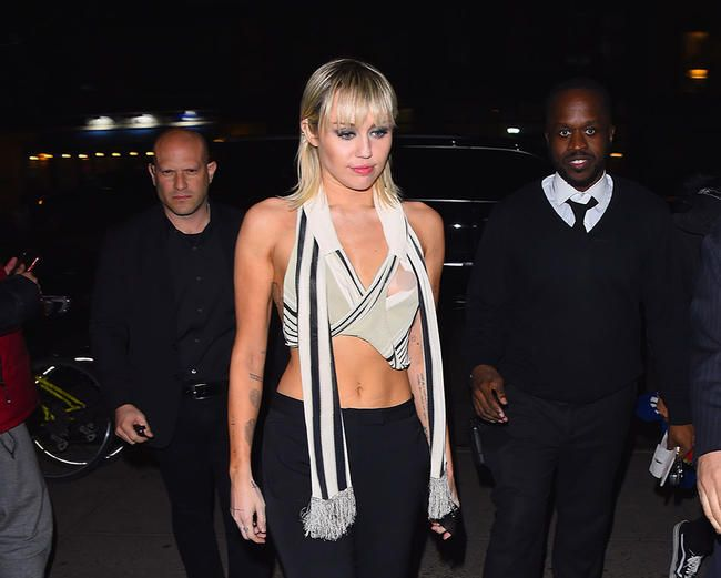 Miley Cyrus spøker om å ha en stor funksjonsfeil i garderoben på Instagram