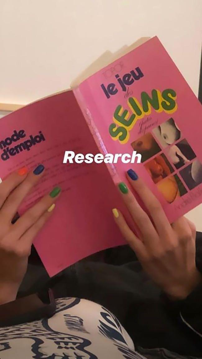Кендалл Јеннер учи о грудима из књиге груди од 185 долара