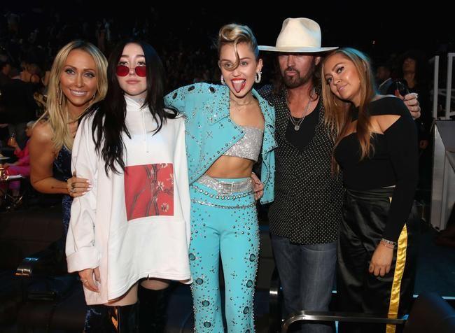 """Miley Cyrus og fjölskylda fara í ferð í fortíðarþrá í """"Carpool Karaoke"""""""