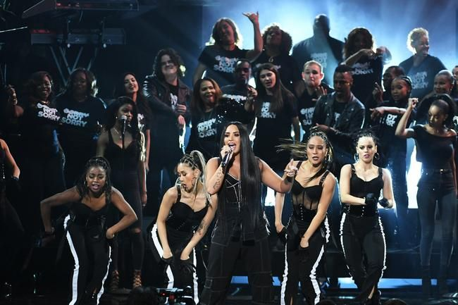 Demi Lovato tötet die American Music Awards mit 'Sorry Not Sorry