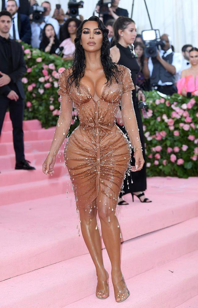 Kim Kardashians personlige trener forsvarer midjestørrelsen i * det * lille korsettet