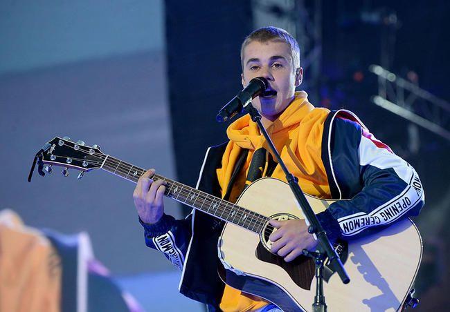 Justin Bieber og David Guetta slipper endelig den offisielle 2U -videoen