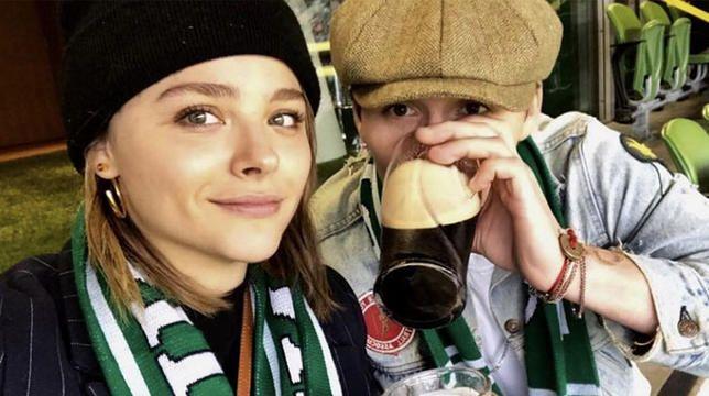 "Brooklyn Beckham ir Chloe Moretz buvo užimtos bučiavosi Dubline ""Snapchat"""