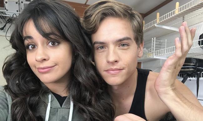 Camila Cabello laver ud med Dylan Sprouse i sine konsekvensvideoer