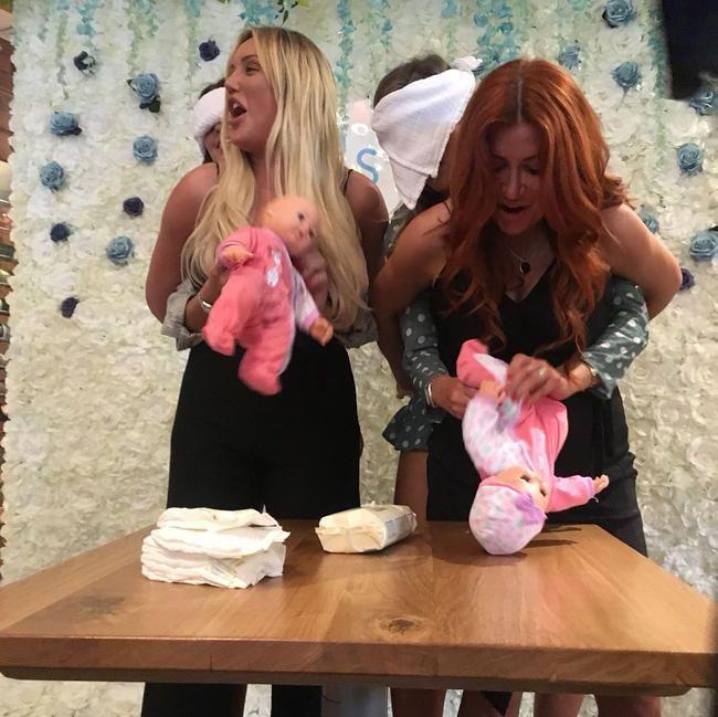 Charlotte Crosby feiert die Schwangerschaft von Josh Ritchies Lehrling-Star-Schwester Michaela Wain
