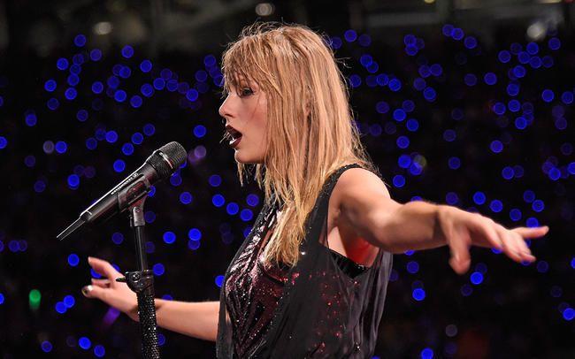 Taylor Swift lék í rigningunni á orðsporferð sinni og það var töfrandi AF