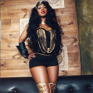 Instagram Flexin ': Remy Ma wirft einen kurzen Blick auf das Cover ihres Black Men Magazine