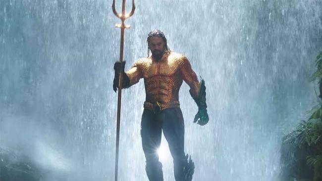 Der letzte Trailer zu Aquaman ist gefallen und Jason Momoa trägt endlich DIESEN ikonischen Superhelden-Anzug