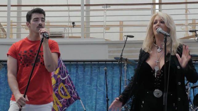 """Bonnie Tyler ir Joe Jonas iš tikrųjų užtemimo metu dainavo """"Total Eclipse Of Heart"""""""