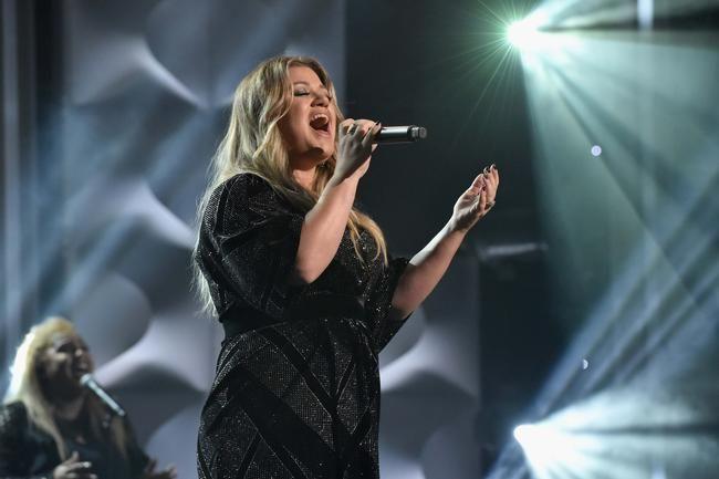 Kelly Clarkson dit que «Medicine» sera probablement son prochain single