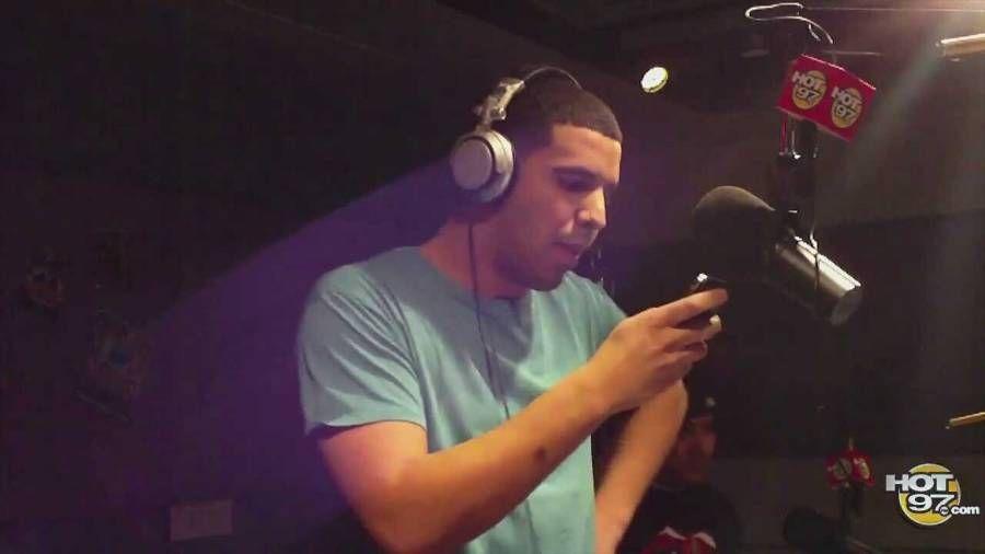 Funk Flex behauptet zufällig, Drakes Blackberry Freestyle sei Ghostwritten, als Hot 97 DJ Preps New Album