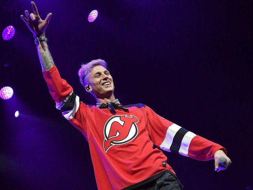 Machine Gun Kelly interprète hardiment `` Rap Devil '' dans le Michigan Home Court d'Eminem