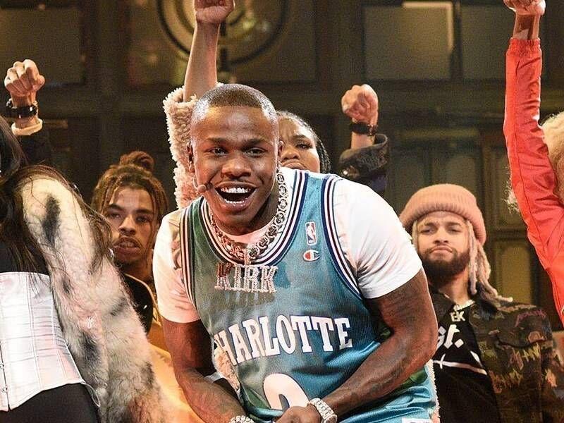 DaBaby joue 'BOP' et 'Suge' sur 'Saturday Night Live'