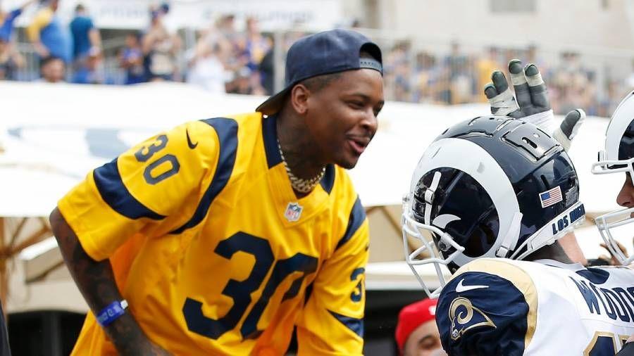 YG nimmt an einer Tour durch das neue $ 5B Los Angeles Rams NFL-Stadion teil