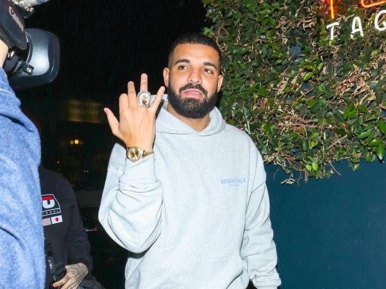 Drake fær Toronto Raptors Championship hringinn