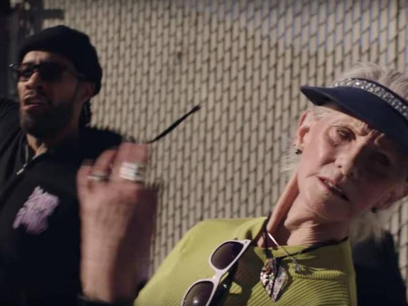 Redman übt seine Zuhälterhand im Video 'Slap Da Shit Outcha' aus