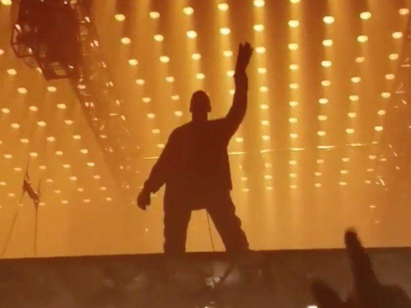 Kanye West widmet 'Vater streckt meine Hände, Teil 1', um Cudi am Tourstopp in Los Angeles zu entführen