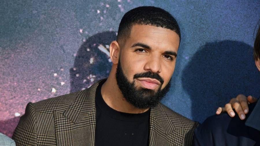 Drake lässt $ 600K auf Tupac Jesus Piece Chains fallen