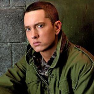 Eminem trägt eine anonyme Halskette für Alkoholiker und lässt F-Bomb bei Grammys fallen