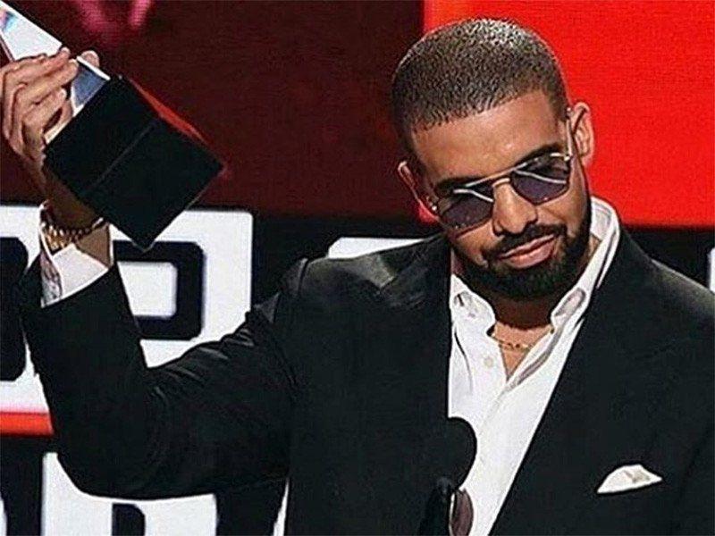 """Drake'as siunčia pasąmonės kadrus AMA kalboje, tada pasiekia """"Instagram"""" ir siunčia dar daugiau"""