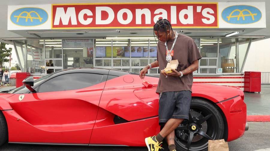 Travis Scott taucht mit Fans im ältesten McDonald's Restaurant auf, um die Veröffentlichung seiner Mahlzeit zu feiern