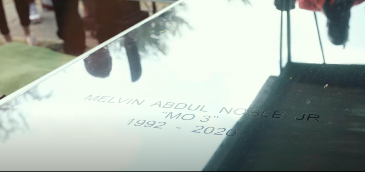 La vidéo posthume `` Outside '' de Boosie Badazz-Affiliate Mo3 dépeint une fusillade horrible et un monument sombre
