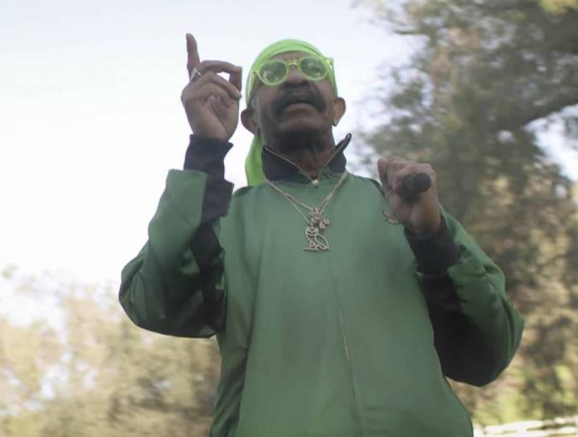 Dennis Graham holt seine Bars in 'That On That' -Video hoch