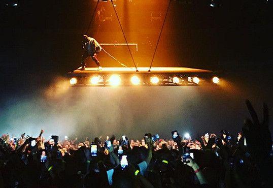 Kanye West erhebt sich über der Menge, um die Saint Pablo Tour zu starten