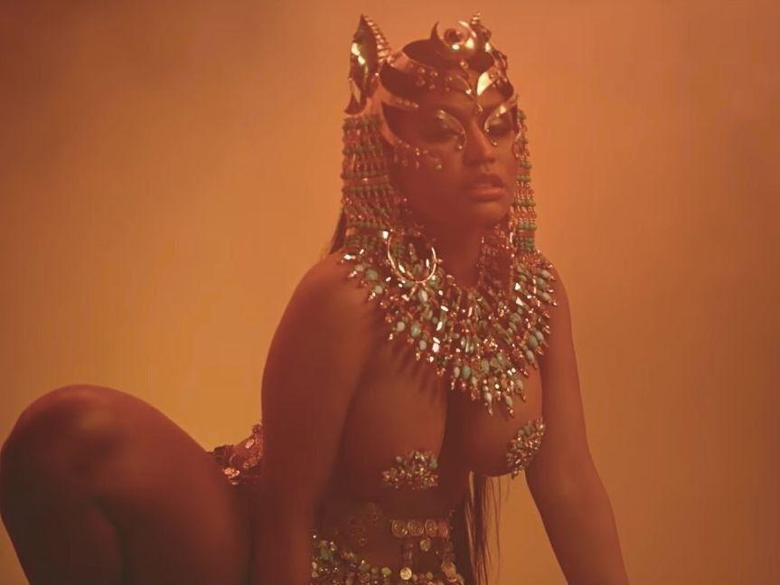 Nicki Minaj wird in 'Ganja Burn' Video von ihrem Königreich verraten