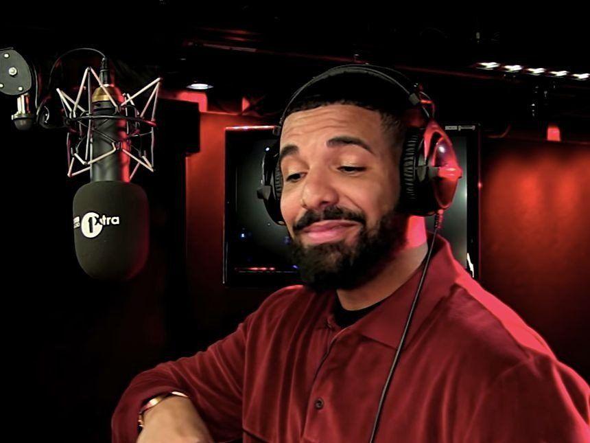 Drake crache des flammes pendant le segment Freestyle `` Fire In The Booth '' de BBC Radio