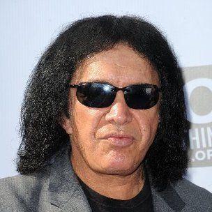 خواننده بوسه ، ژن سیمونز ، درباره تالار مشاهیر راک اند رول شکایت می کند و باعث القای هنرمندان هیپ هاپ می شود