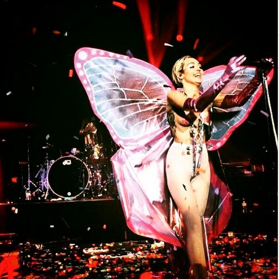 Miley Cyrus dekker Khias 'My Neck, My Back