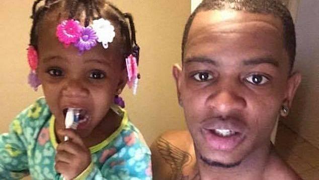 Chicago Rapper bestreitet, auf 'Dead Opps' gepisst zu haben, als Cops wegen des Mordes an ihrer Tochter verhaftet werden