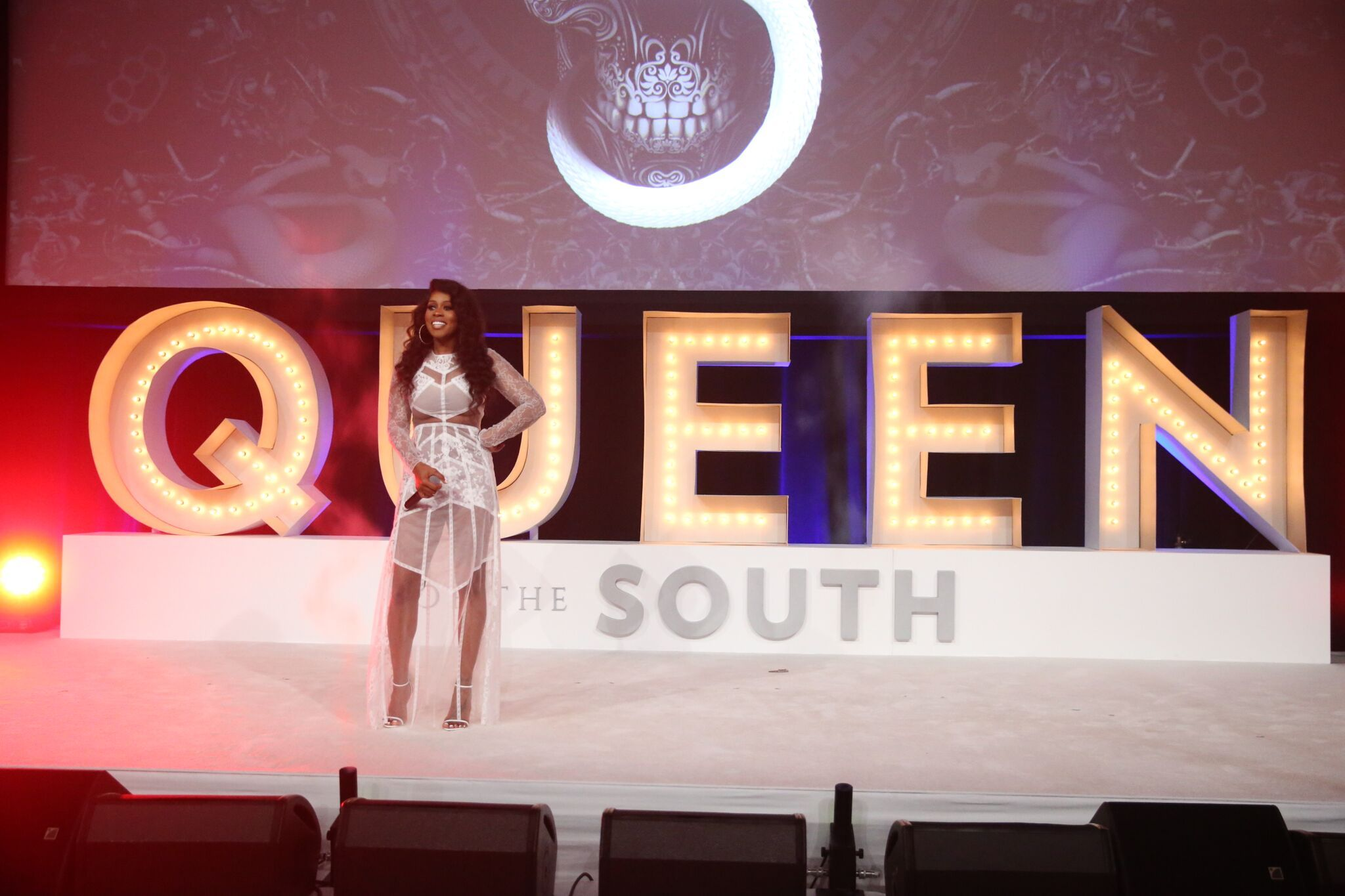 רמי מא חוגג את תפקיד מלכת הדרום בארה'ב בהופעה הוליוודית