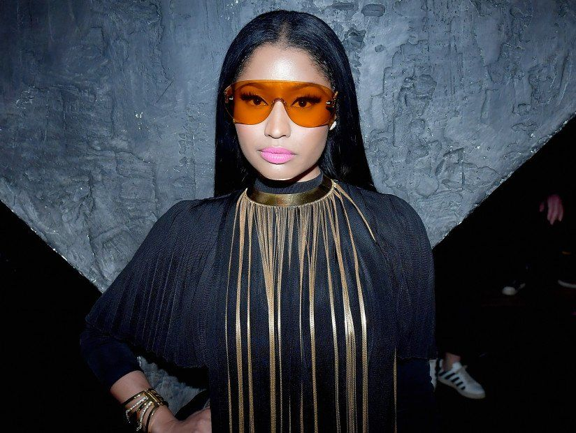 Nicki Minaj (& ihre exponierte Brust) sitzen in der ersten Reihe der Paris Fashion Week (NSFW)
