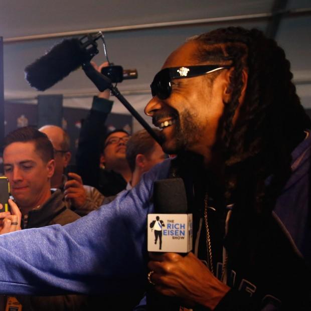 Snoop Dogg interviewt Cam Newton & Peyton Manning während der Super Bowl 50 Pressekonferenz