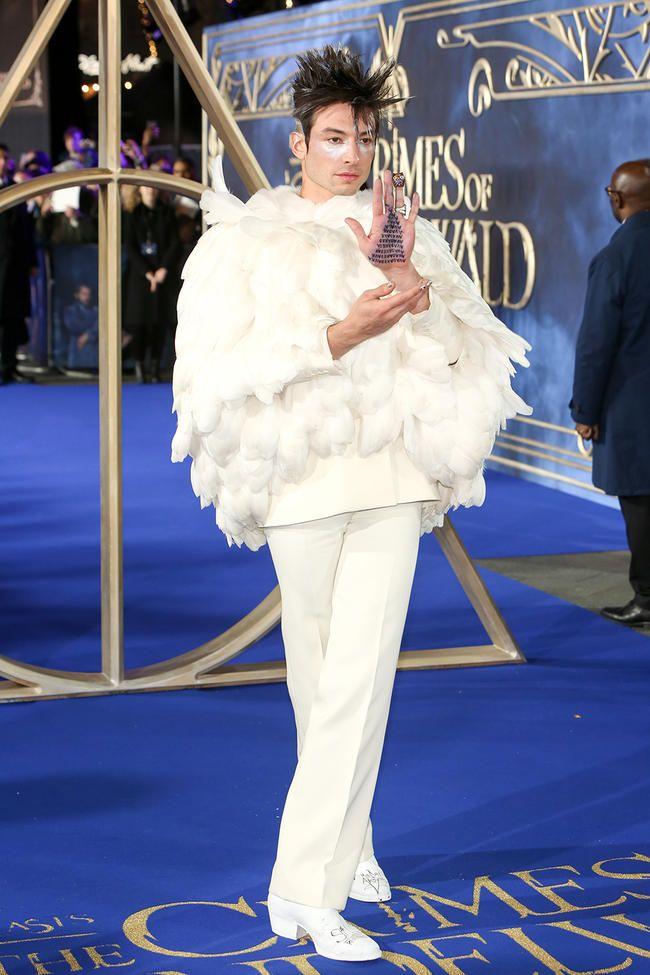Ezra Miller klædt ud som Hedwigs død for de fantastiske dyr: The Crimes of Grindelwald Premiere