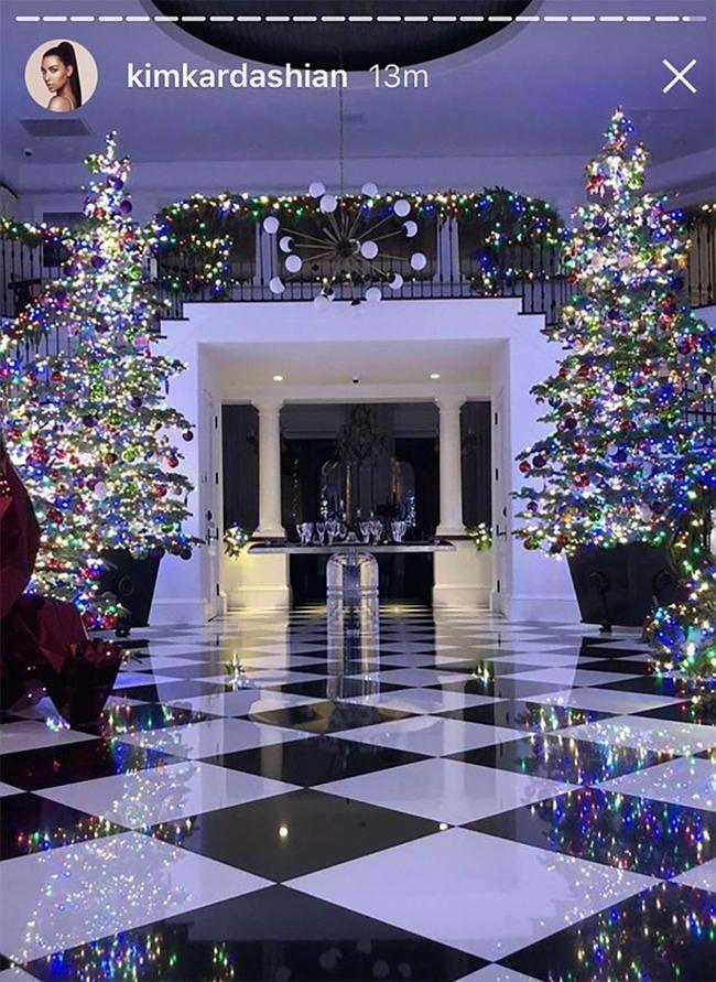 Kim Kardashian visus supažindina su Kriso Jennerio kalėdiniu dekoru ir akivaizdu, kad tai žiemos stebuklų šalis