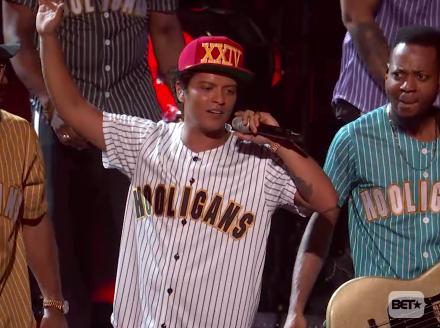 Sehen Sie, wie Bruno Mars seine 2017 BET Awards Performance von 'Perm' elektrisiert